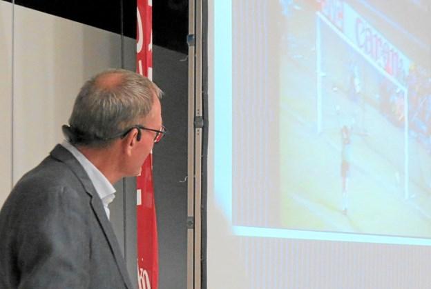 Preben Elkjær gik på scenen og startede med at vise et klip fra et vist nok velkendt straffespark Foto: Kirsten Olsen