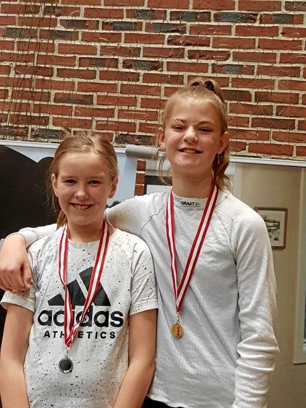 Isabella Rosengreen og Naja Lübeck vandt henholdsvis sølv og guld i pigernes junior D-række.  Privatfoto