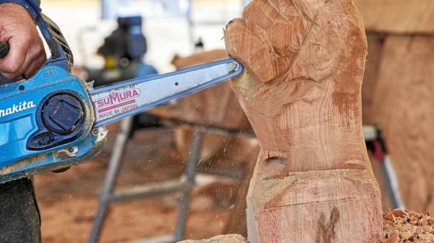 Træskulpturerne laves på stedet i Hune. Foto: Poul Nymark