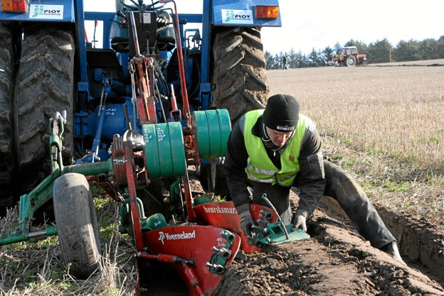 De små marginaler er afgørende, når ploven skal indstilles, og det har Martin Lindberg Velling tydeligvis styr på.                Foto: Andreas Thorsager