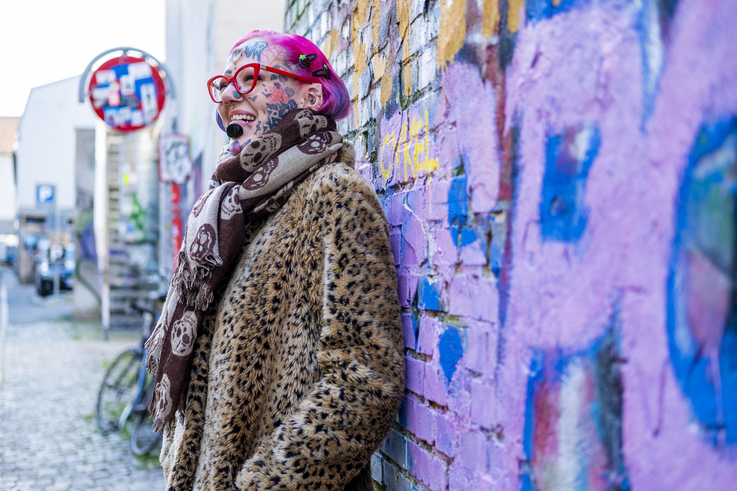Sarah Martin elsker Aalborg og er ikke bleg for at vise byen, hvem hun er. Foto: Lasse Sand