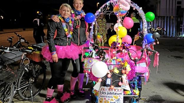Louise og Dorte fejrede deres 5 års Coast2Coast jubilæum med festlig udklædning både for dem selv og cyklen. Foto: Niels Helver Niels Helver