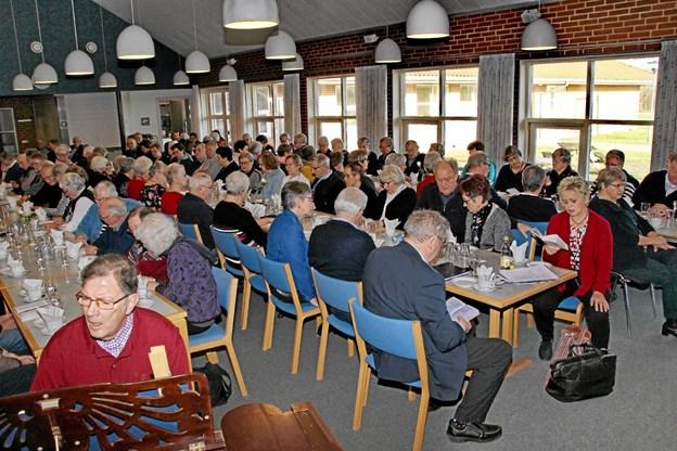 """Man sang """"Spurven sidder stum bag kvist"""" før foredraget startede. Foto: Hans B. Henriksen Hans B. Henriksen"""