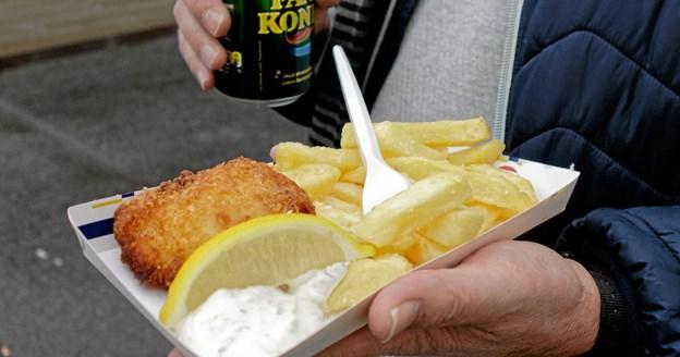 Tommy Høj bød på Fish and Chips fra genboen på Nørregade restaurant normann's. Foto: Niels Helver Niels Helver