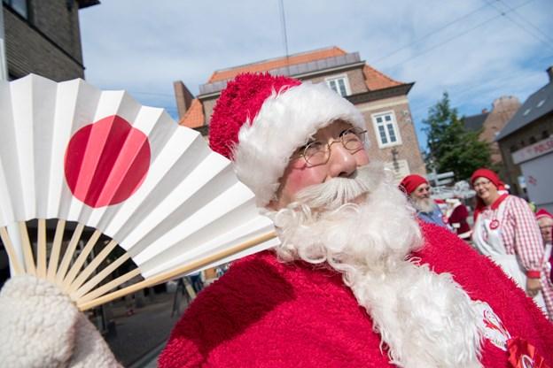 Den japanske julemand åbnede ballet - og han syntes at Jul i juni er en fed event. Foto: Henrik Louis