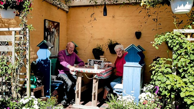Ved det gamle elværk i Bindslev, sidder Bodil og Christian Lautrup og nyder kaffen i deres idylliske bolig omkranset af blomster Foto: Peter Jørgensen Peter Jørgensen