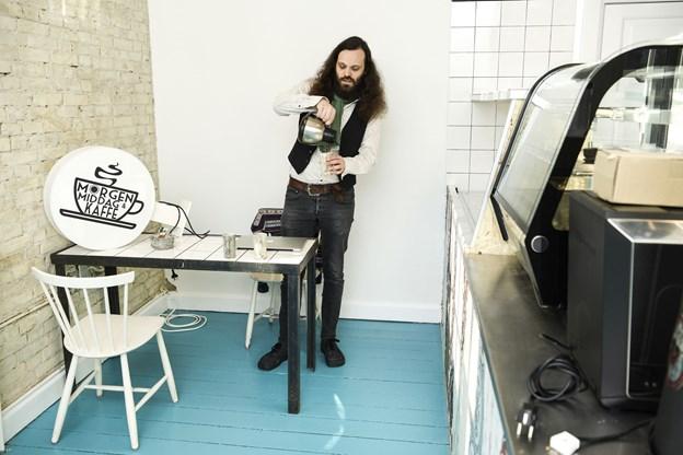 Personalet i den nye café er folk, der allerede er ansat i Huset - inklusive Michael Marino selv. Han har allerede en vis rutine i at skænke kaffe.