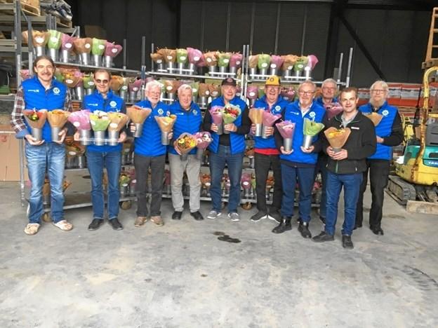 Lions-medlemmer i Arden klar til at gå i gang med at uddele buketter. Privatfoto