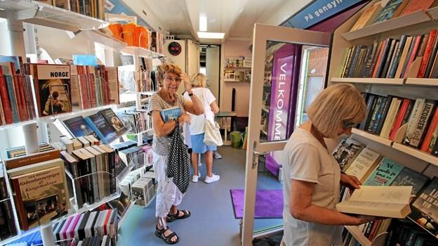 Selv på en varm sommerdag er bogbussen populær, når den onsdag og lørdag besøger Dronninglund. Foto: Jørgen Ingvardsen Jørgen Ingvardsen