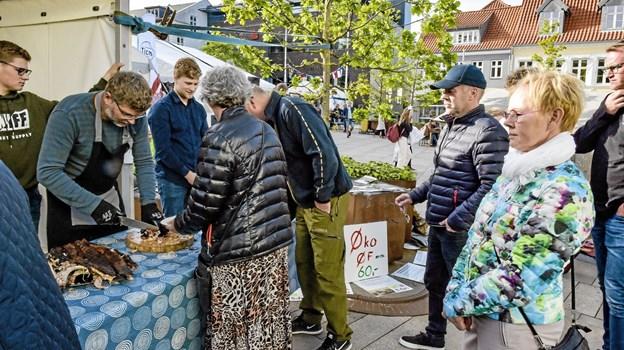 Da økogrisen fra Arup Øko Øf var stegt, blev køen lang hos landmand Jesper Kjeldtoft, der selv skar for. Foto: Ole Iversen Ole Iversen