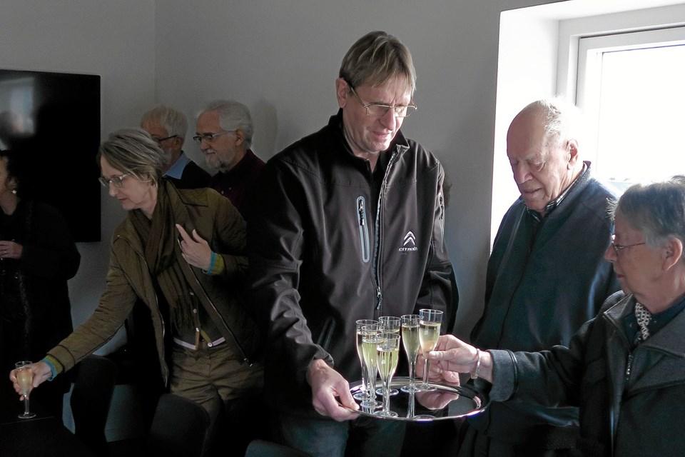 Kirkeværge John Juel Thomsen bød galant på et glas champagne. Foto: Niels Helver
