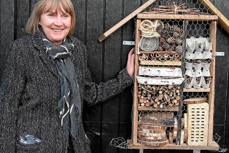 Institutionsleder Bodil Thomsen ved et insekthotel. Foto: Flemming Dahl Jensen Flemming Dahl Jensen