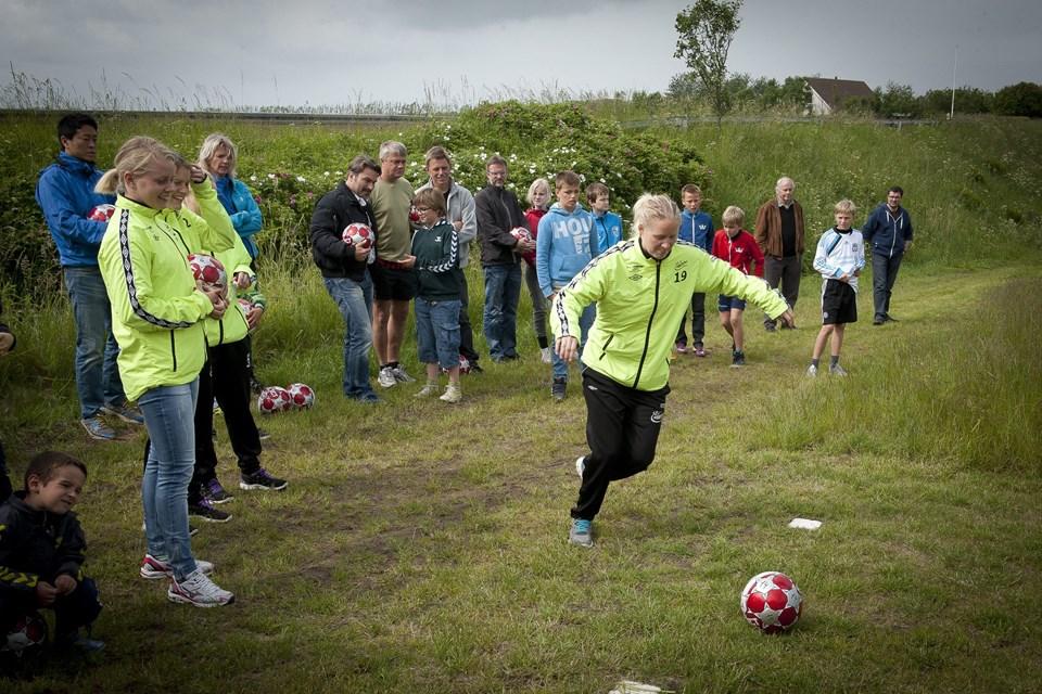 Fodboldspillere fra Fortuna Hjørring var med til at indvie banen søndag.Foto: Kim Dahl