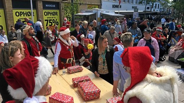 Byens handelsfolk i ædel kappestrid med julemænd om gaveindpakningen.