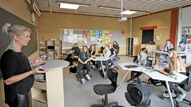 Amanda Pape Poulsen fra Danske Bank i Aalborg underviste eleverne i 7.d i budget, renter og privatøkonomi. Foto: Jørgen Ingvardsen