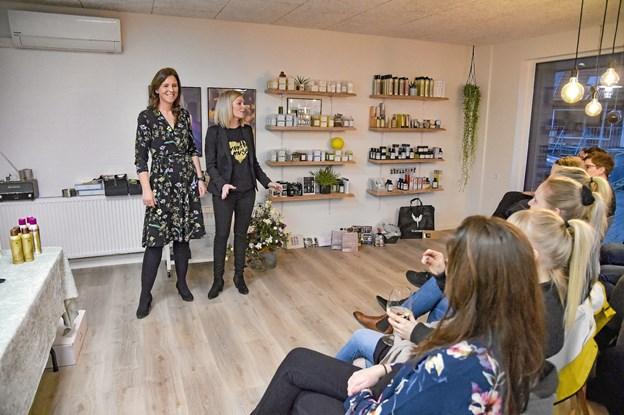 Maria Påske og Janni Drejer bød velkommen til skønhedsaftenen. Foto: Ole Iversen Ole Iversen