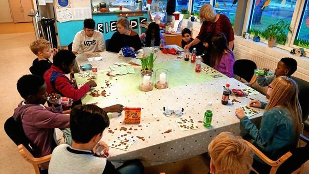 Børnene er i fuld gang med at spille bingo. Privatfoto