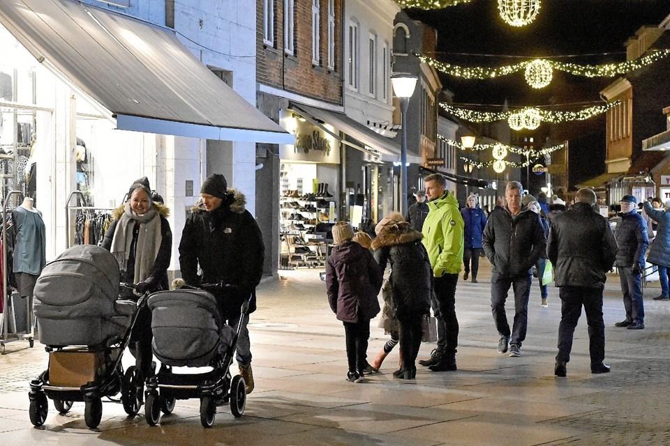 I gågaden var der stadig nogen der gik rundt og manglede den gode ide til en julegave. Foto: Ole Iversen Ole Iversen