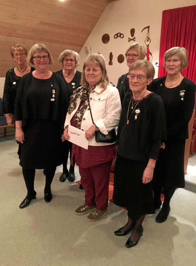 På billedet er Jonna Thingvad omgivet af søstrene Anne-Lis Svenningsen, Lilli Jespersen, Thilda Mikkelsen, Rita Gosti-Jensen, Jytte Boll, Toni Klausen og skjult Karen Olling. Privatfoto.