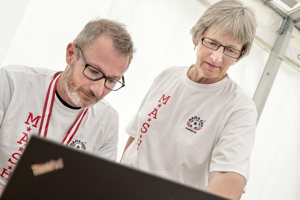 Jette Andersen instruerer i, hvordan man laver en røntgen bestilling. Hun var første gang med til Dana Cup for 25. år siden, og hun arbejder til daglig i akutmodtagelsen på Sygehus Vendsyssel Hjørring.Foto: Daniel Bygballe