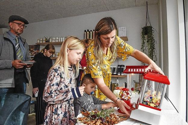 """Maria Paaske viser børnene i børnehjørnet hvordan popcorn maskine og """"tivoli-kranen"""" virker. Foto: Ole Iversen"""