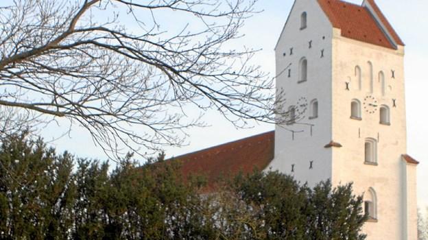Hals Kirke runder 800 år. Det markeres blandt andet ved en spændende kirkegårdsvandring 17. september. Foto: Allan Mortensen