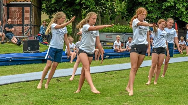 En flot rytmisk opvisning foran plejecenter Bøgely søndag eftermiddag. Foto: Mogens Lynge Mogens Lynge