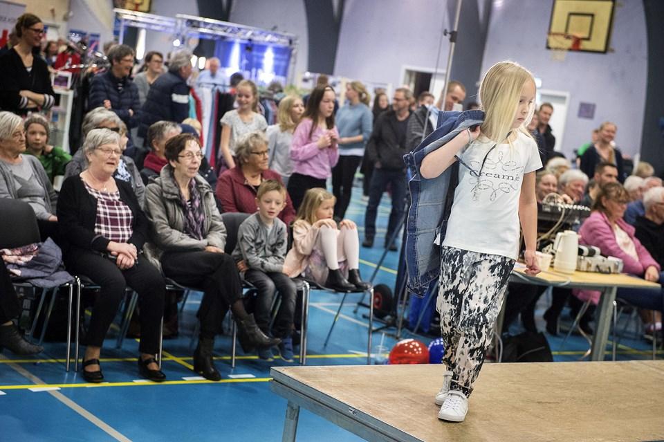 En pige viser forårsmode på Arden Messen lørdag. Tre lokale modetøjsforretninger og Røde Kors havde modeshows. Foto: Lars Pauli
