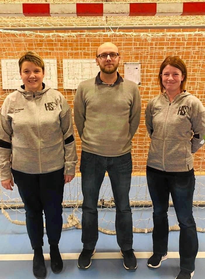Niels Hansen, her flankeret af Anita Klit tv og Ina Sand. I HS Han Herred forventer man sig meget af det nye samarbejde med Niels Hansen, som man ved har netop de trænerkvaliteter, som spillerne har efterspurgt. Privatfoto