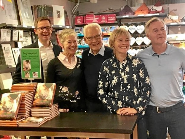 Merete og Mogens Brix Christensen sammen med deres tre børn, Jakob, Vibeke og Søren, der alle tre har været udsendt for Læger Uden Grænser. Overskuddet fra bogen går ubeskåret til Læger Uden Grænser. Privatfoto