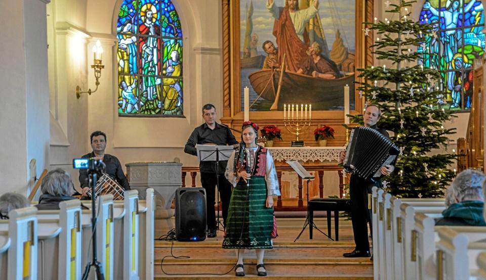Kvartetten, med sangerinden i forgrunden, gav en rundtur i folkemusikkens skatte fra Balkan. Foto: Mogens Lynge Mogens Lynge