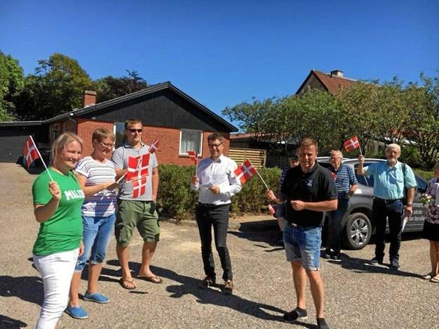 De frivillige i Trekroner tog imod den nye hollandske familie med flag. Nu får de en kontant anerkendelse af deres indsats. Privatfoto