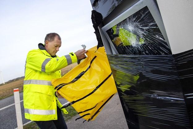 Ivar Sande, afdelingsleder i Vejdirektoratet, tilser de ødelagte stærekasser. Foto: Henrik Bo