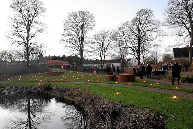 300 store fyrfadslys oplyste parken. Foto: Allan Mortensen Allan Mortensen