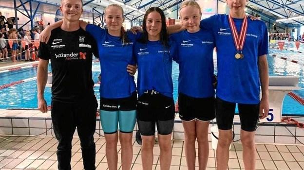 Træner Johan Lisberg (tv) sammen med de fire DM-deltagere: Karoline Prang Andersen, Laura Vedel Larsen, Julie Kvolbæk Hedegaard og Christian Thorhauge. Privatfoto