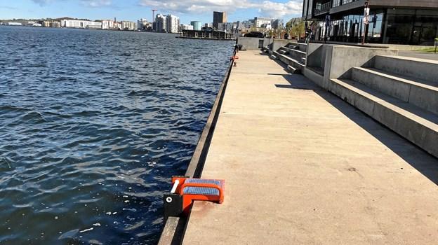 De spritnye og meget iøjnefaldende orange redningsstiger er monteret med ca. 20 meters mellemrum på kajstrækningen fra Limfjordsbroen til Musikkens Hus. Foto: Torben O. Andersen