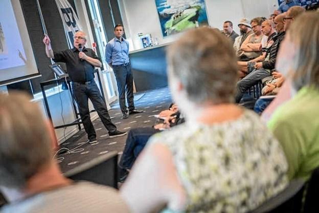 Driftschef Gert Peter Hansen fortæller, at arbejdet foregår i treholdsskift.