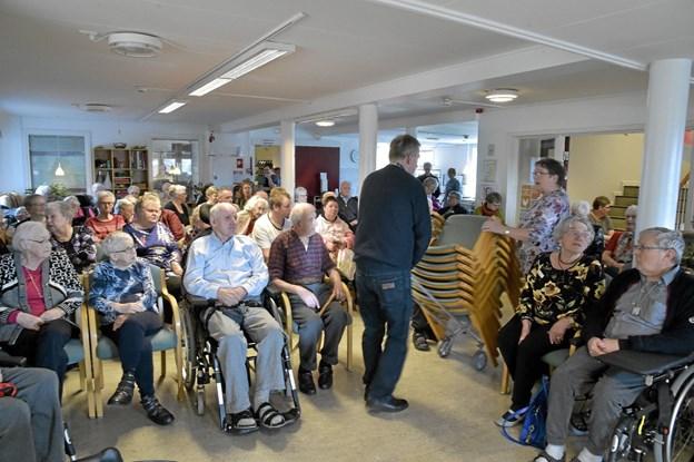 Der var brug for stadig flere stole efterhånden som 150 købte billet og sans som sild i en tønde i fællesrummet på Solhjem. Privatfoto Ole Iversen
