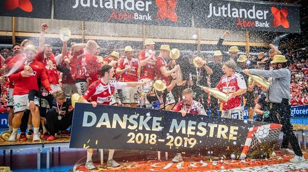 Champagnepropperne sprang, da Aalborg Håndbold blev danske mestre i søndags - i dag fortsætter festen på Gammeltorv. Foto: Martin Damgård