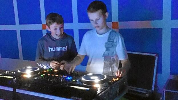 Det var de unge selv, der stod for musikken. På ungdomsskolen kan man deltage i et dj-hold, hvor man lærer at styre mixerpulten - og denne aften var der mulighed for at vise, hvad man havde lært. Privatfoto