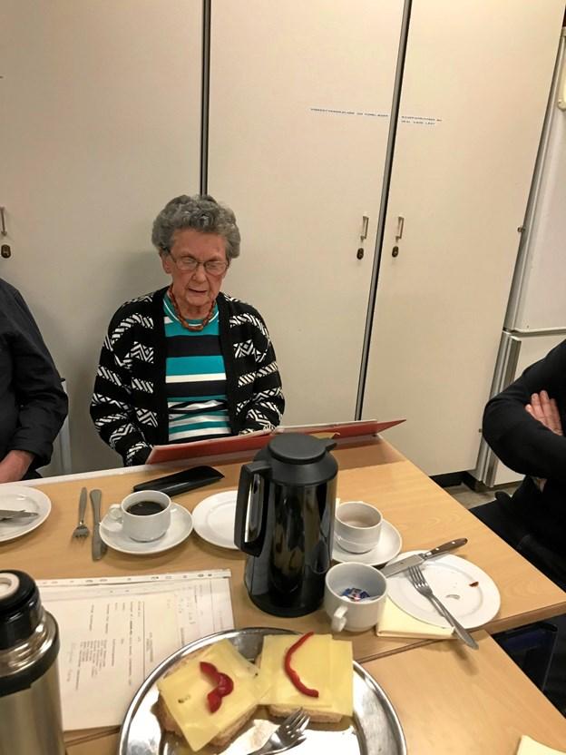 Henny Christensen fortæller her om seværdigheder på Gjøl. Privatfoto