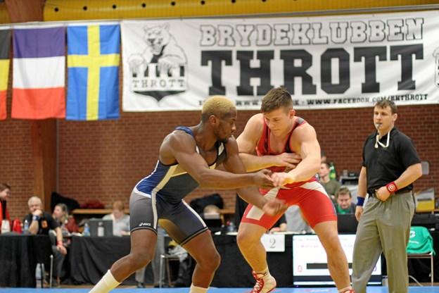 Mathias Bak, i rød tricot, vandt i første runde suverænt 8-0 over fraskmanden Loïc Samen
