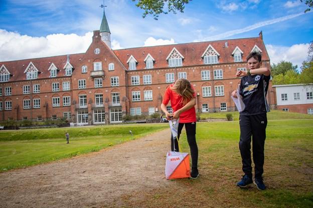 Ved hver enkelt af de 28 poster skulle eleverne have et stempel på deres medbragte løbekort som  bevis på at de havde været på stedet. Martin Damgård