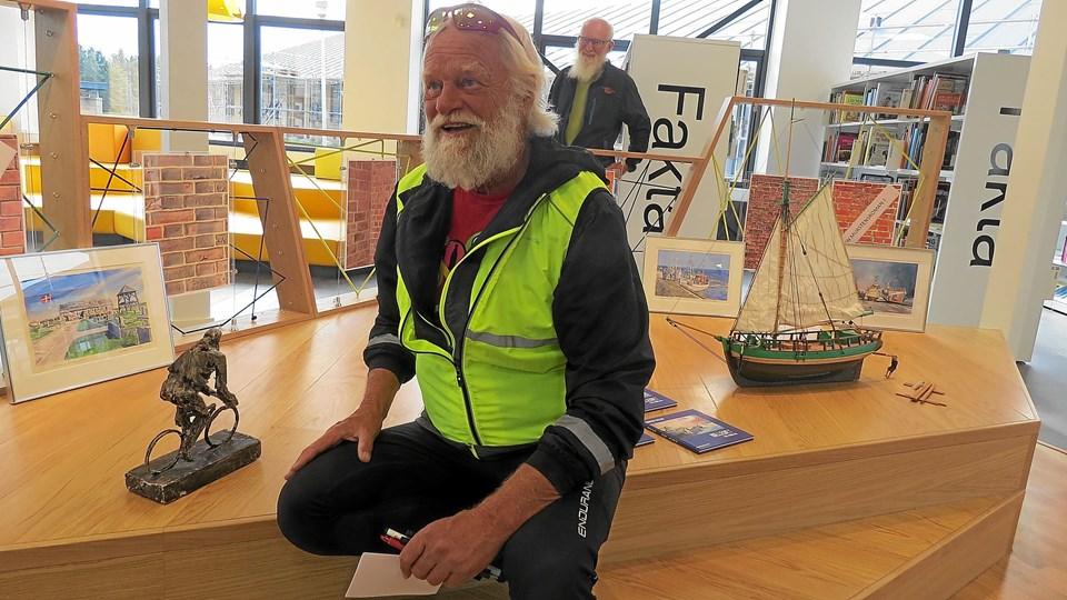 Jørgen Kallan præsenterede sin nye bog. Bag ham ses skibsmodellen, som han har lavet til Løkken Museums udstilling. I bogen fortæller han hvordan han, uden erfaring, gik i lag med den opgave. Foto: Kirsten Olsen
