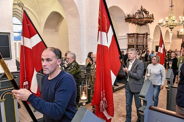 Til orgel og trompetmusik bæres fanerne ind. Foto: Ole Iversen
