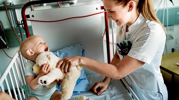 Sygehusets krammebamse bliver hurtigt børnenes yndlingsbamse og en tro følgesvend. Modelfoto