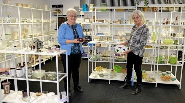 Ruth Lunde og Lillian Jensen er glade for den nye indretning af isenkræmmerafdelingen. Der er kommet nye reoler, og de mange forskellige ting præsenteres langt bedre end tidligere. Foto: Niels Helver Niels Helver