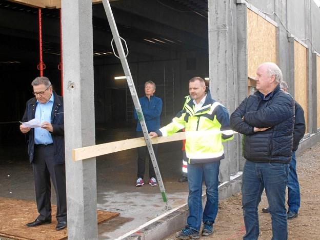 Arne Andersen holdt tale – her flankeret af Nettos projektleder Jan-Ole Andersen – og Arne Andersens egen projektleder Jens Christian Kristensen.  Foto: Arne Larsen-Ledet