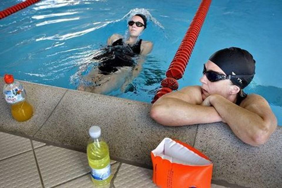 Mor og datter havde sat hinanden stævne i svømmehallen, og mens 14-årige Cecilie Holm Johannesen varmede op i vandet, skulle Nina Holm Johansen, begge fra Hou, lige have lidt luft, før hun tog kampen op i det våde element. Planen var, at de hver især ville svømme 2500 m. Foto: Lars Pauli