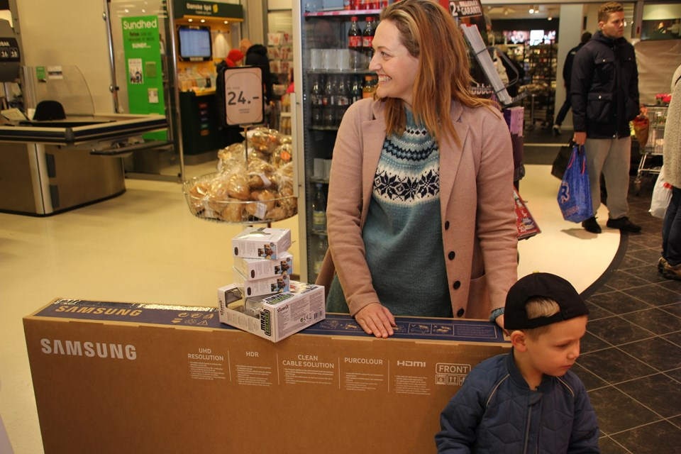 ... og så et 55 tommers tv til forældrene. Smilet fejlede ikke noget ...  Foto: Hans B. Henriksen